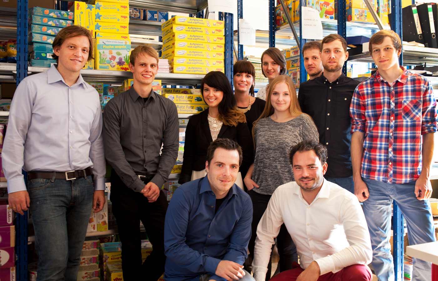 Gründer und Geschäftsführer Florian Metz und Florian Spathelf sowie das Team hinter der Spielzeugkiste.