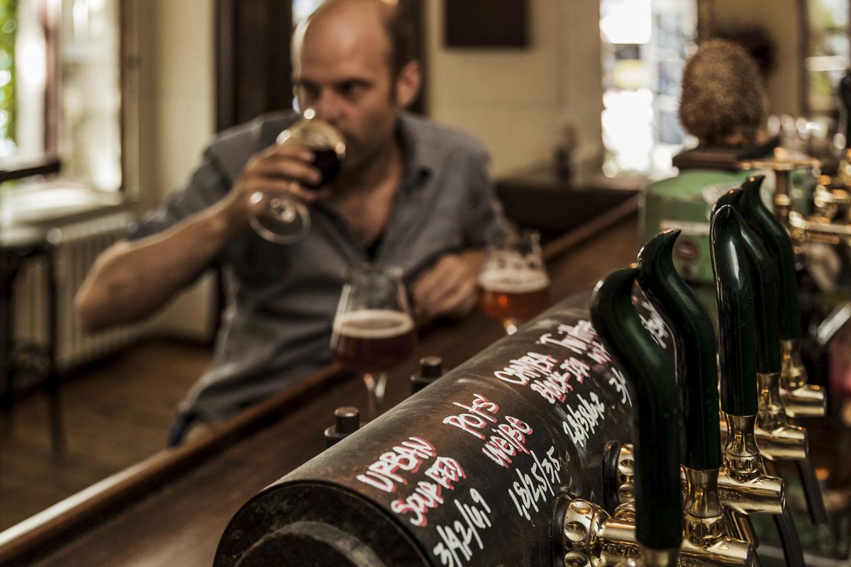 Jörn Gutowski probiert Bier in der Craft Bier Kneipe Hopfenreich in Kreuzberg (Foto: Ole Schwarz)