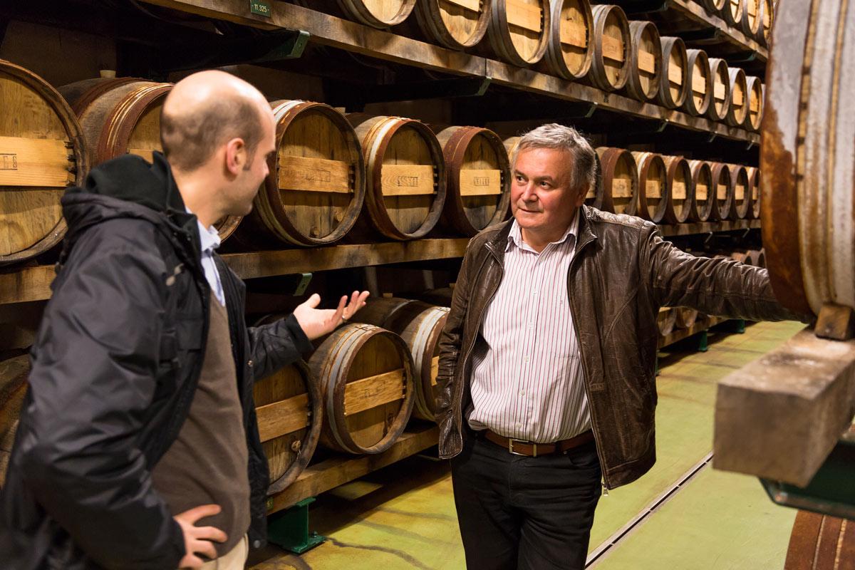 Jörn Gutowski im Gespräch mit Alois Gölles im Essiglager (Foto: Ole Schwarz)