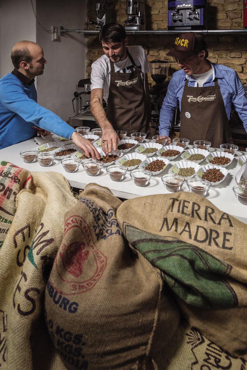 v.l. Jörn Gutowski, Sascha Spittel (Eigentümer Tres Cabezas) & Robert Stock (Eigentümer Tres Cabezas) beim Kaffee Cupping in der Rösterei/Ladengeschäft von Tres Cabezeas in Berlin/Friedrichshain (Foto: Ole Schwarz)