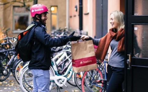 Übergabe der Bestellung an den Kunden (Bild: Foodora).